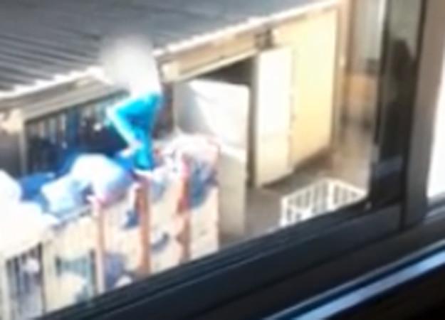 El operario apilando la ropa sucia del hospital en un camión no isotérmico.
