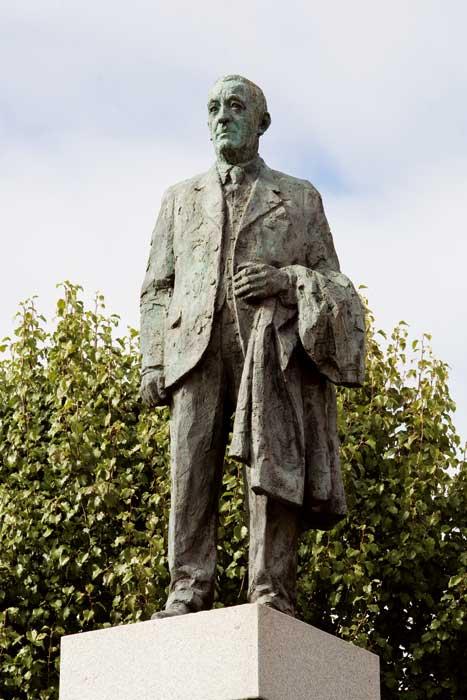 Estatua de Filiberto Villalobos obra de Fernando Mayoral.