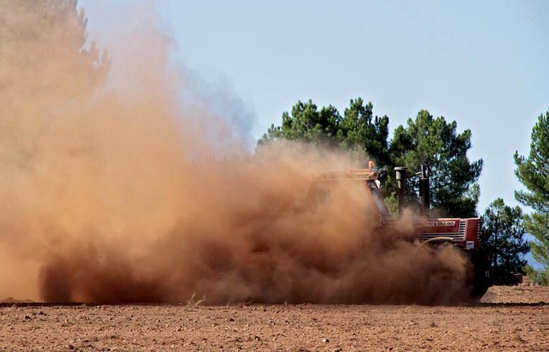Un tractor abona el campo. Foto. ICAL.