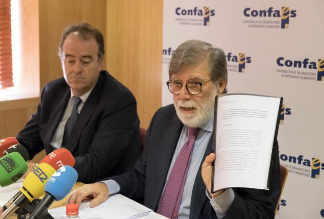 David Arranz / ICAL El presidente de Cecale, Santiago Aparicio, preside la reunión de la Junta Directiva.