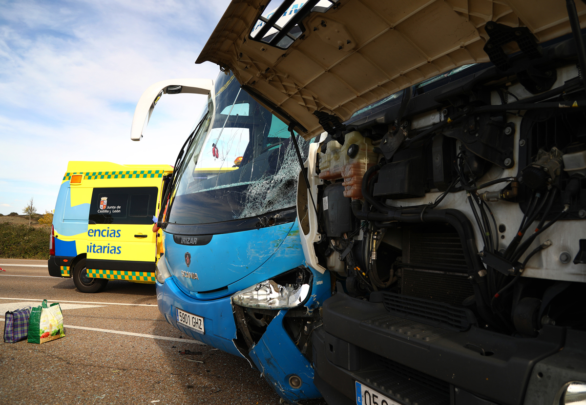 Isa Vicente / ICAL Accidente entre un autobús escolar y un camión