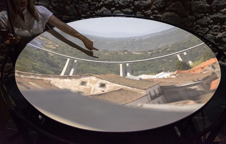 Jesús Formigo / ICAL Carmen Rubio, técnico de Museos y Turismo, muestra el funcionamiento de la Cámara Oscura, situada en el Palacio Ducal de Béjar