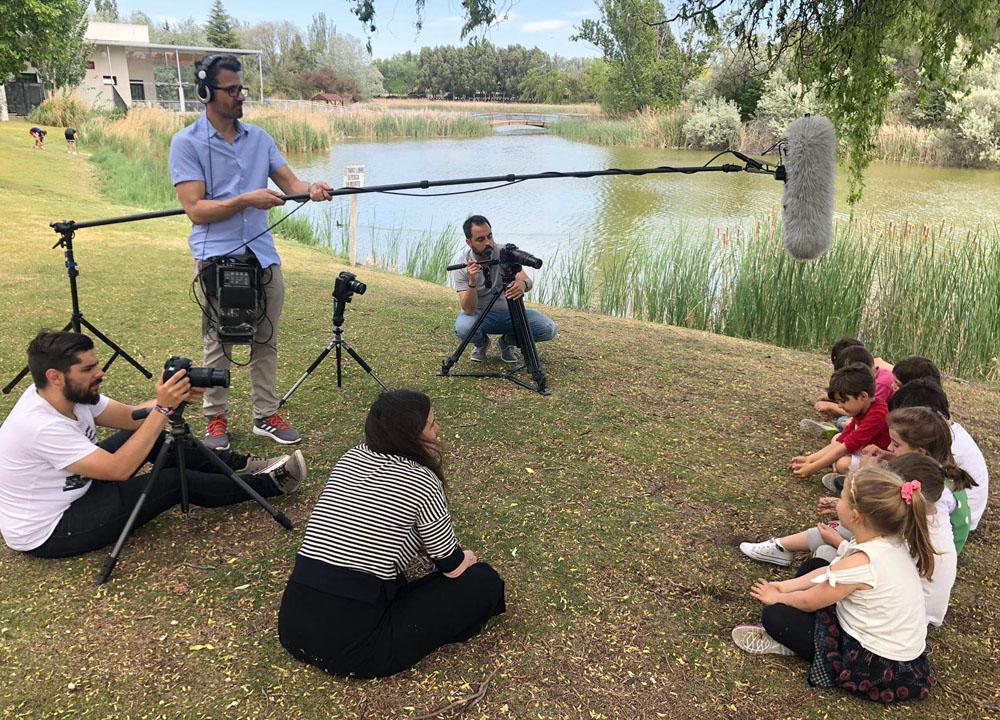 ICAL Los cineastas vallisoletanos Henar Rodríguez (sentada de espaldas) y Christian Dehugo (de pie), en el rodaje de 'Nous, la evolución del pensamiento', que participa en la sección Castilla y León en Largo, en la 64 Seminci
