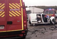 Bomberos Provincia Valladolid / ICAL Un fallecido en una colisión entre un camión y una furgoneta en la N-601 en Medina de Rioseco (Valladolid)