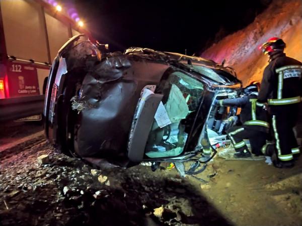 Bomberos León / ICAL Un fallecido y un herido en un accidente de tráfico en la A6 a su paso por el municipio leonés de Brazuelo