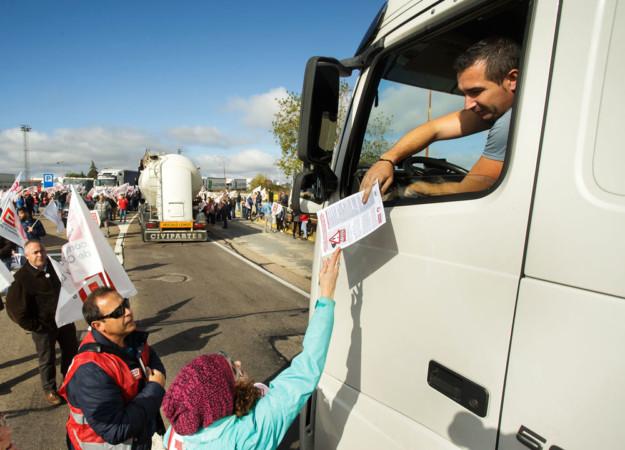 José Vicente / ICAL CCOO y Fectrans de Portugal llevan a la frontera la campaña 'la fatiga mata' y se concentran en el paso fronterizo que une Fuentes de Oñoro (Salamanca) y Vilar Formoso (Almeida).