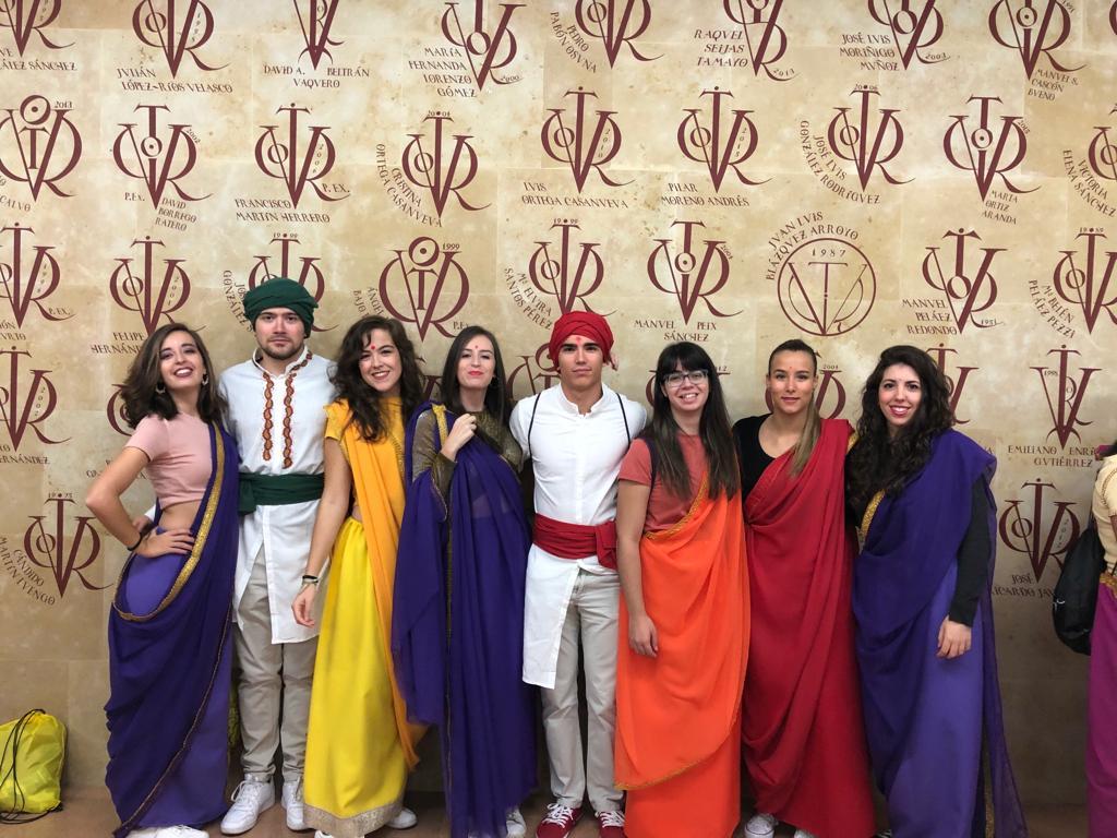 Los estudiantes de 6º de Medicina se despiden de la última fiesta de Facultad vestidos con el traje típico de la India.
