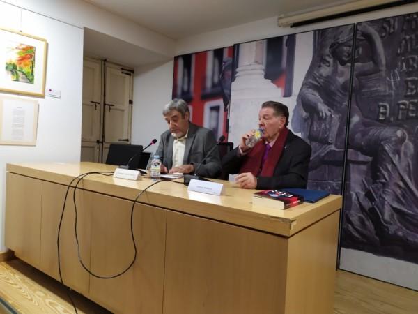 José Manuel Ferreira Cunquero y Ángel María de Pablos, durante la presentación de 'Casa baja', en Valladolid.