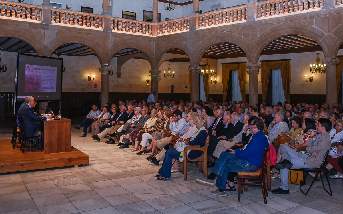 El Casino de Salamanca estaba abarrotado para escuchar a Jesús Málaga.
