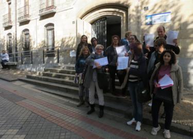 Los opositores a operarios de Servicios de Castilla y León, frente a la Gerencia de Area de Salud.
