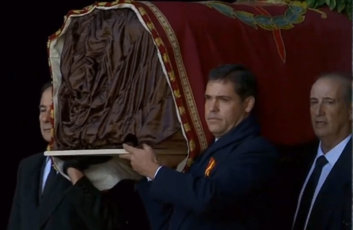 Luis Alfonso de Borbón y Cristóbal Martínez Bordiu, con el féretro a hombros del dictador Franco.