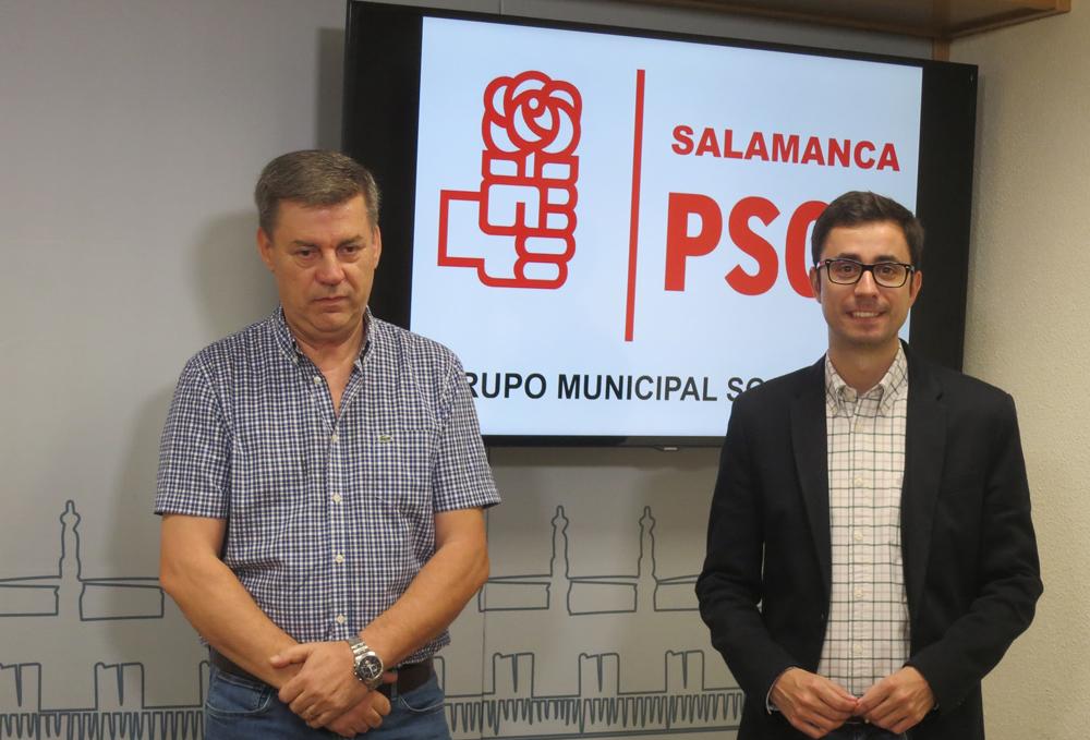 Marcelino García y José Luis Mateos, del grupo socialistas del Ayuntamiento de Salamanca.