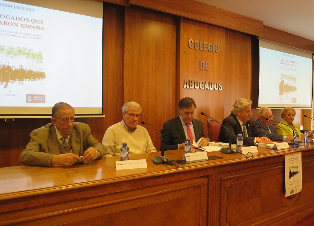 Mesa de presentación del libro de Fernando Jáuregui con Alberto Estella, Jesús Málaga, Carlos García Carbayo, Fernando Íscar y Pilar Fernández Labrador.