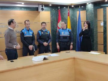 La plantilla de la Policía Local de Carbajosa suma dos nuevos agentes, el alcalde, Pedro Samuel Martín, le da la bienvenida.