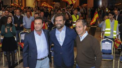 Rafeel Revert, presidente de Vox en Salamanca, Iván Espinosa de los Monteros, portavoz de Vox en el Congreso, y Víctor González Coello de Portugal, candidato de Vox al Congreso de los Diputados por Salamanca.