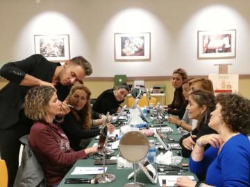 Mario Marrero, premio Paleta de Oro, enseña sus trucos de maquillaje a las clientas de El Corte Inglés de Salamanca.