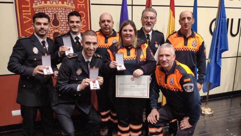 Voluntarios de Protección Civil y los agentes de la Policía Local de Béjar, con sus galardones.