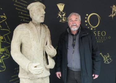 Gonzalo Iglesias y Bololo, la escultura que da la bienvenida al visitante a la exposición La Armuña Tierra binada en el Museo del Comercio.