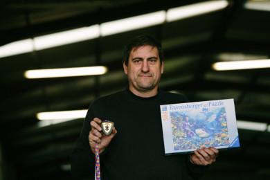 Concha Ortega / ICAL El soriano Angel Heras, campeón mundial de puzzle por parejas, posa con la medalla y el puzzle con el que ganó el campeonato