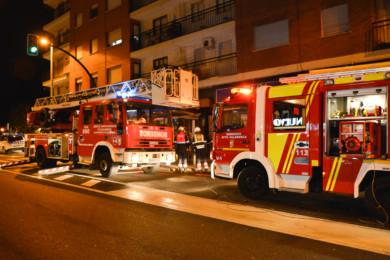 Varias dotaciones de Bomberos acudieron al 152 de la avenida para sofocar un fuego en una de las viviendas, en Salamanca
