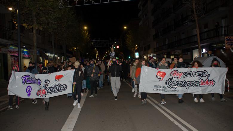 Cientos de personas acuden a la manifestación antifascista que salió de Garrido y llegó a la plaza del Liceo.