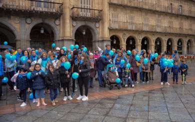 Decenas de personas participaron en la V Marcha Solidaria 'Muévete por la diabetes', en Salamanca.
