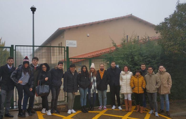 Miembros de JSE Salamanca y el Ayuntamiento ante el IESO de La Alberca