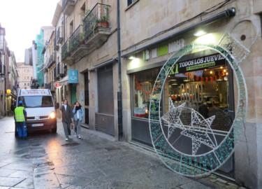 Operarios colocan los adornos y luces de Navidad en las calles del centro de Salamanca.