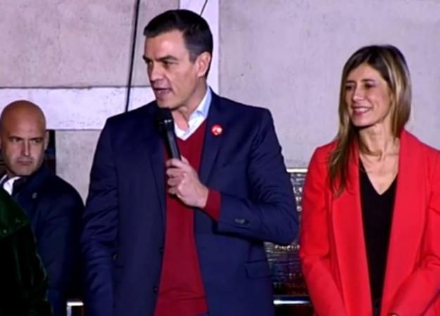 Pedro Sánchez y su mujer Begoña Gómez, en la sede del PSOE en Madrid.