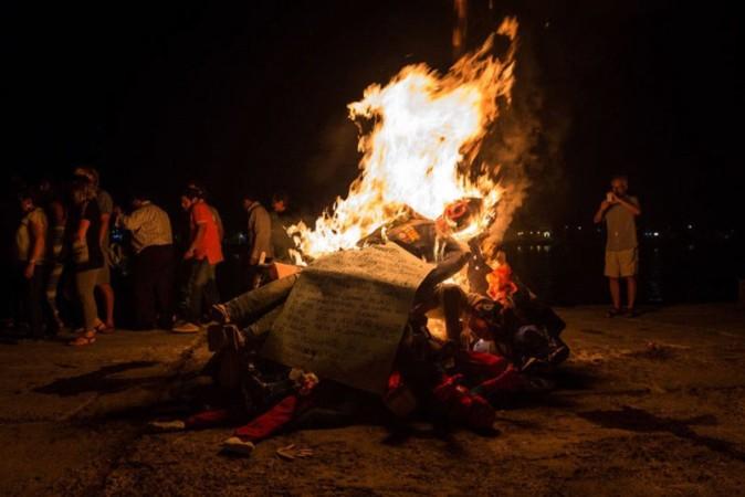 La quema del ´año viejo´ se lleva a cabo a las doce de la madrugada del 01 de enero.
