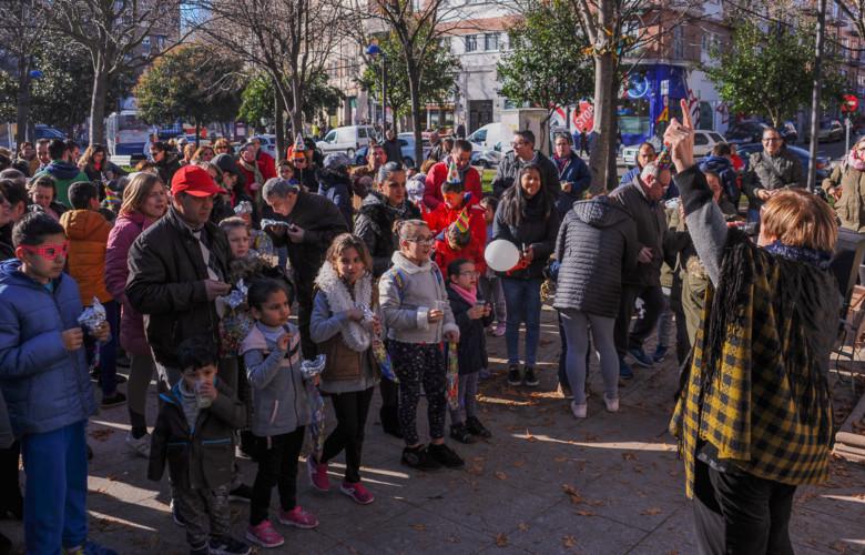 Los vecinos del barrio de Vidal celebraron las campanadas a las 12.00 horas en la plaza del barrio en fraternidad y con muy buen ambiente.