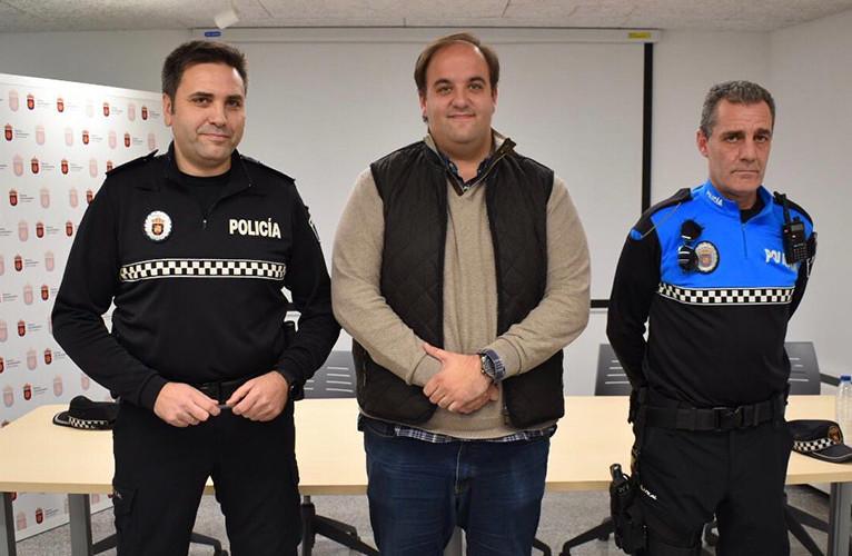 De izquierda a drcha. Clemente Iglesias, el jefe de la Policía Local, Roberto Martín, alcalde de Guijuelo, y Alberto Alonso, agente.