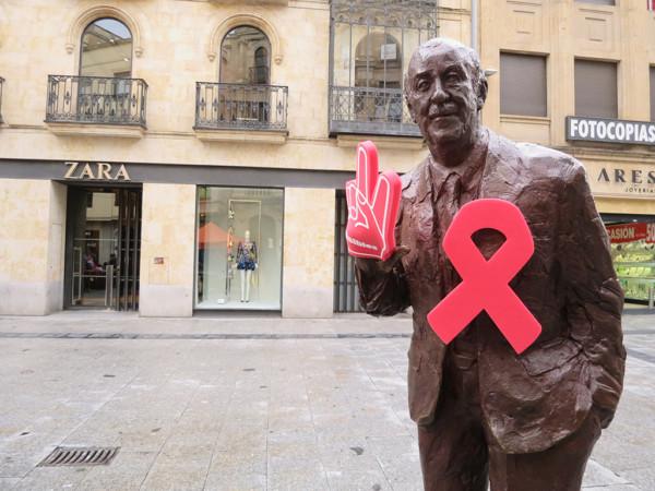 El Comité Anti-Sida de Salamanca tiene una carpa instalada en la plaza del Liceo donde te regalan un preservativo, información y uno o más consejos.