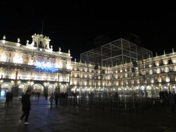 El adorno navideño de la Plaza Mayor se apagó a las 22.00 horas de este lunes.