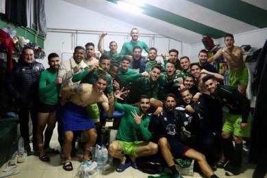 Los jugadores del CD Guijuelo celebran la víctoria ante el Burgos en su feudo. Foto. Twittter Guijuelo.