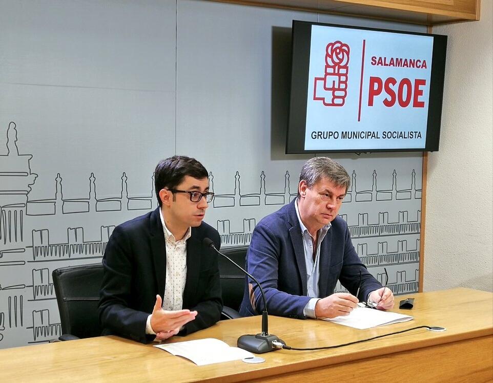 Los concejales socialistas, José Luis Mateos, portavoz en el Ayuntamiento de Salamanca del PSOE, y Marcelino García.