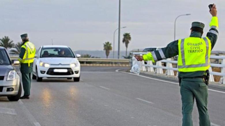La Guardia Civil auxilia a un menor que caminaba solo en la A-1, Burgos.