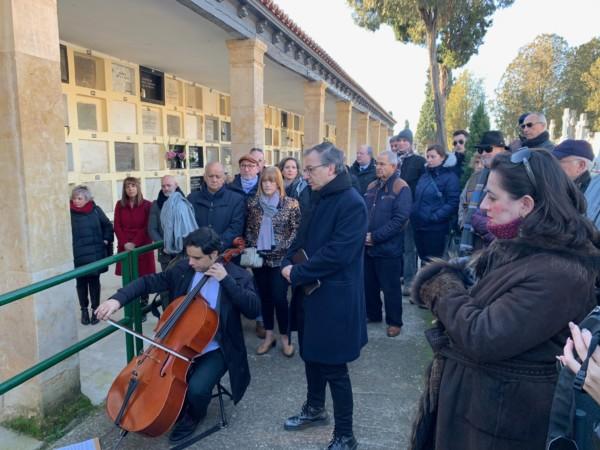 Miguel Elías y Pedro Garriga pusieron voz y música al homenaje que la Asociación Memoria y Justicia de Salamanca rinde cada año a Miguel de Unamuno en el aniversario de su muerte.