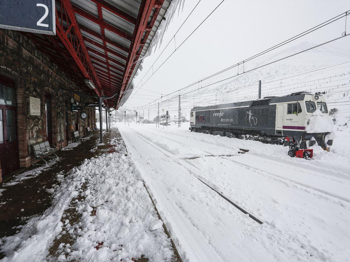Carlos S. Campillo / ICAL Nieve en la estación de tren de Busdongo (León)