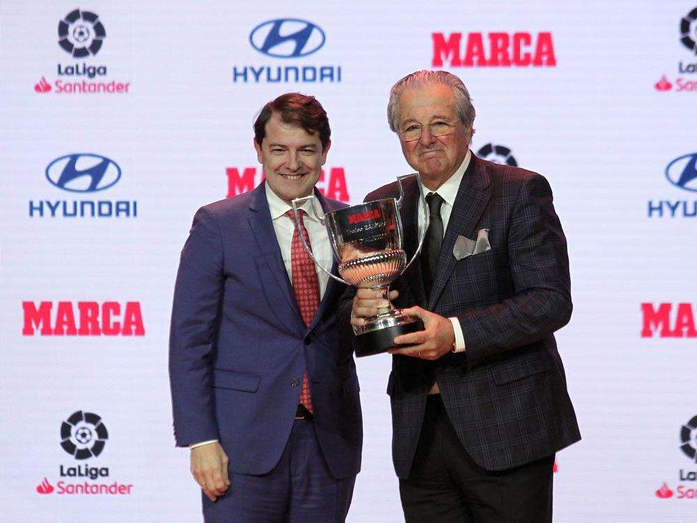 Juan Lázaro / ICAL El presidente de la Junta de Castilla y León, Alfonso Fernández Mañueco, asiste a la entrega de Premios MARCA de Fútbol 2018-2019. En la imagen el presidente de la Junta entrega el premio trofeo zamora honorífico a Jorge D'Alessandro.