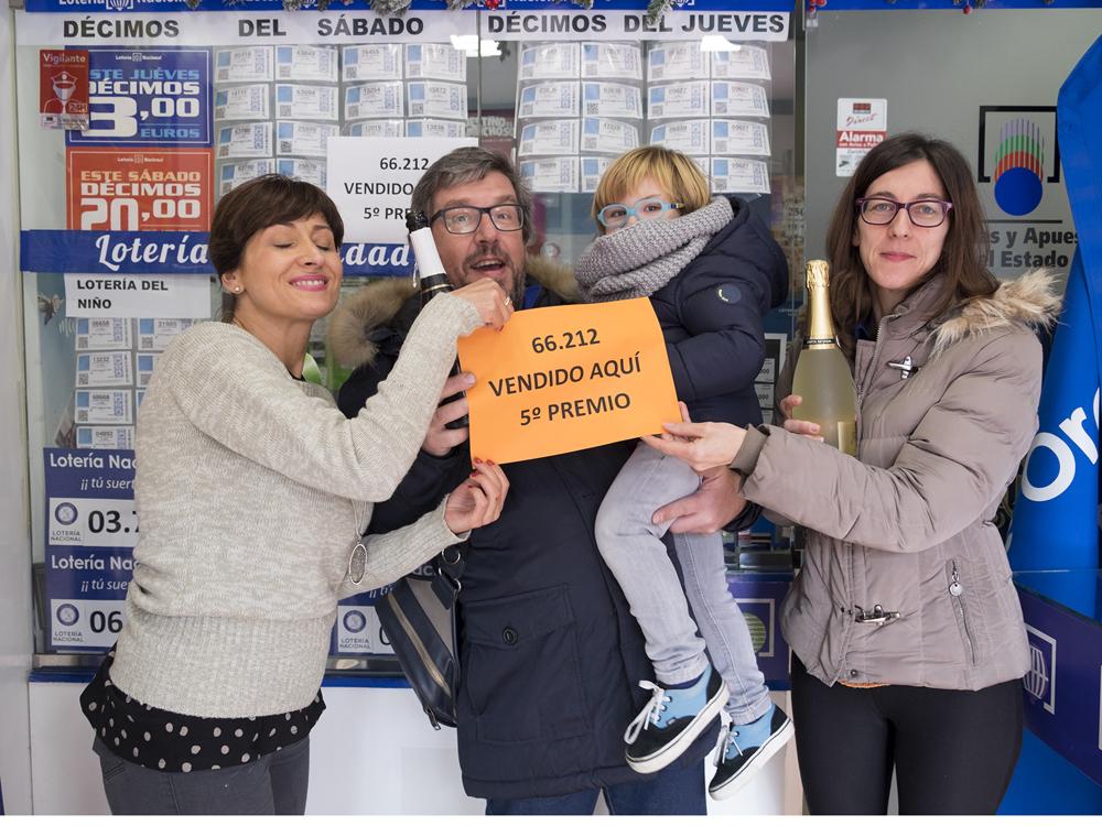 Jesús Formigo / ICAL María García Crespo, de la administración de lotería 'As de Oros' en Salamanca, reparte un quinto premio con 38 décimos vendidos por un total de 228.000 euros
