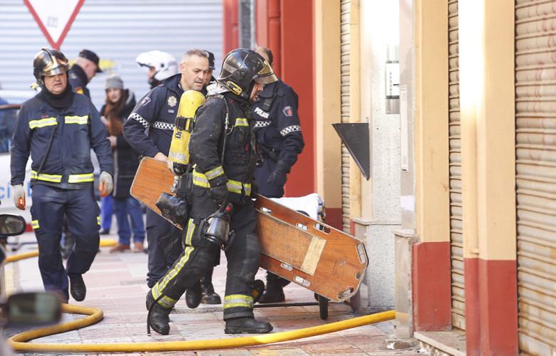 Carlos S. Campillo / ICAL Una persona resulta herida de gravedad en un incendio originado en una vivienda de la calle Suárez Ema de León