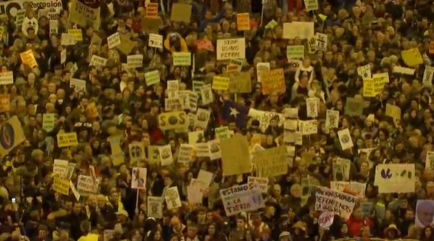 Miles de personas caminan en Madrid por el cambio climático.