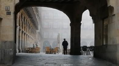 La Plaza Mayor de Salamanca con niebla.