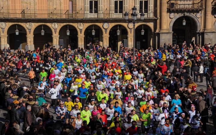 Los corredores de la San Silvestre a su paso por la Plaza Mayor de Salamanca.