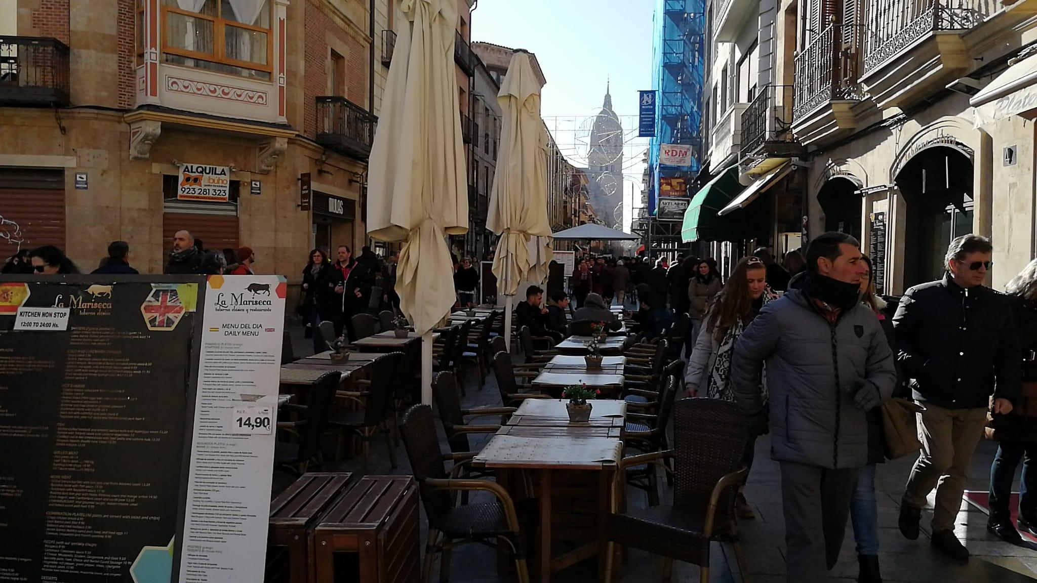 Los caminantes en fila y las terrazas vacías en la Rúa.