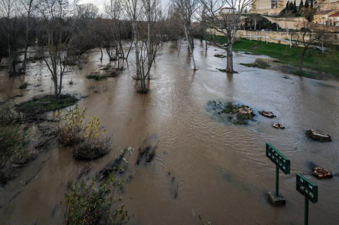 La crecida del Tormes a su paso por Salamanca deja las orillas bien colmadas.