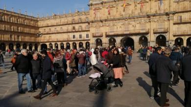 Salamanca cuelga el cartel de completo en el puente de la Constitución.