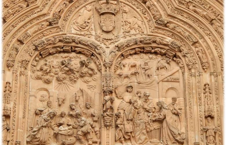 Tímpano del arco con la representación del Nacimiento (izq.) y la Epifanía (der.)