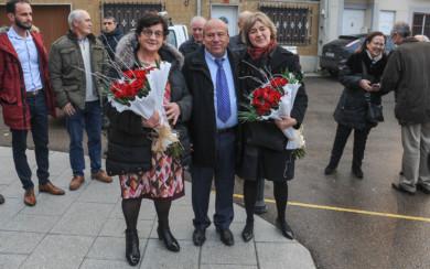 Manuel Prada, alcalde de Valdelosa, junto a las galardonadas con la Bellota de Oro, Isabel García Tejerina, ex ministra del PP, y Marcelina Ledesma, presidenta de la Asociación de Familias de Armuña, La Besana.